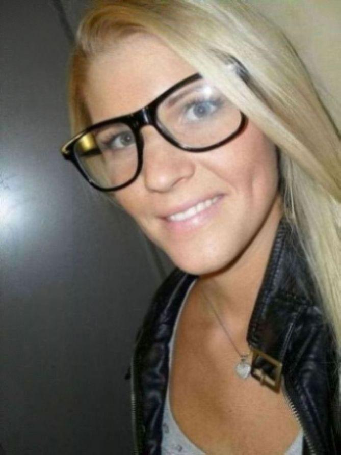 Blonde Brillenträgerin sucht Sexfreundschaft